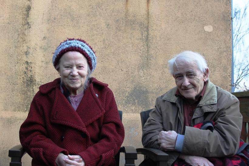 Pfarrer i.R. Wilfried Baier mit seiner Ehefrau Regine auf der heimischen Sonnenterrasse Ostern 2012 (Foto: Wolfgang Baier)